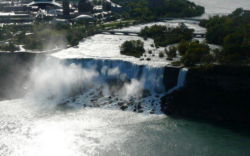 Detenido un español por intentar entrar en EEUU en una colchoneta hinchable por el río Niágara