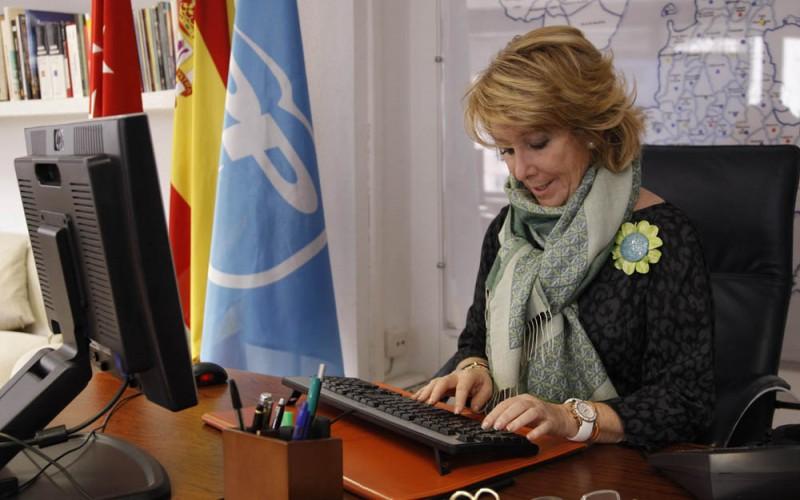 Esperanza Aguirre derriba la moto de un agente de movilidad y después se da a la fuga